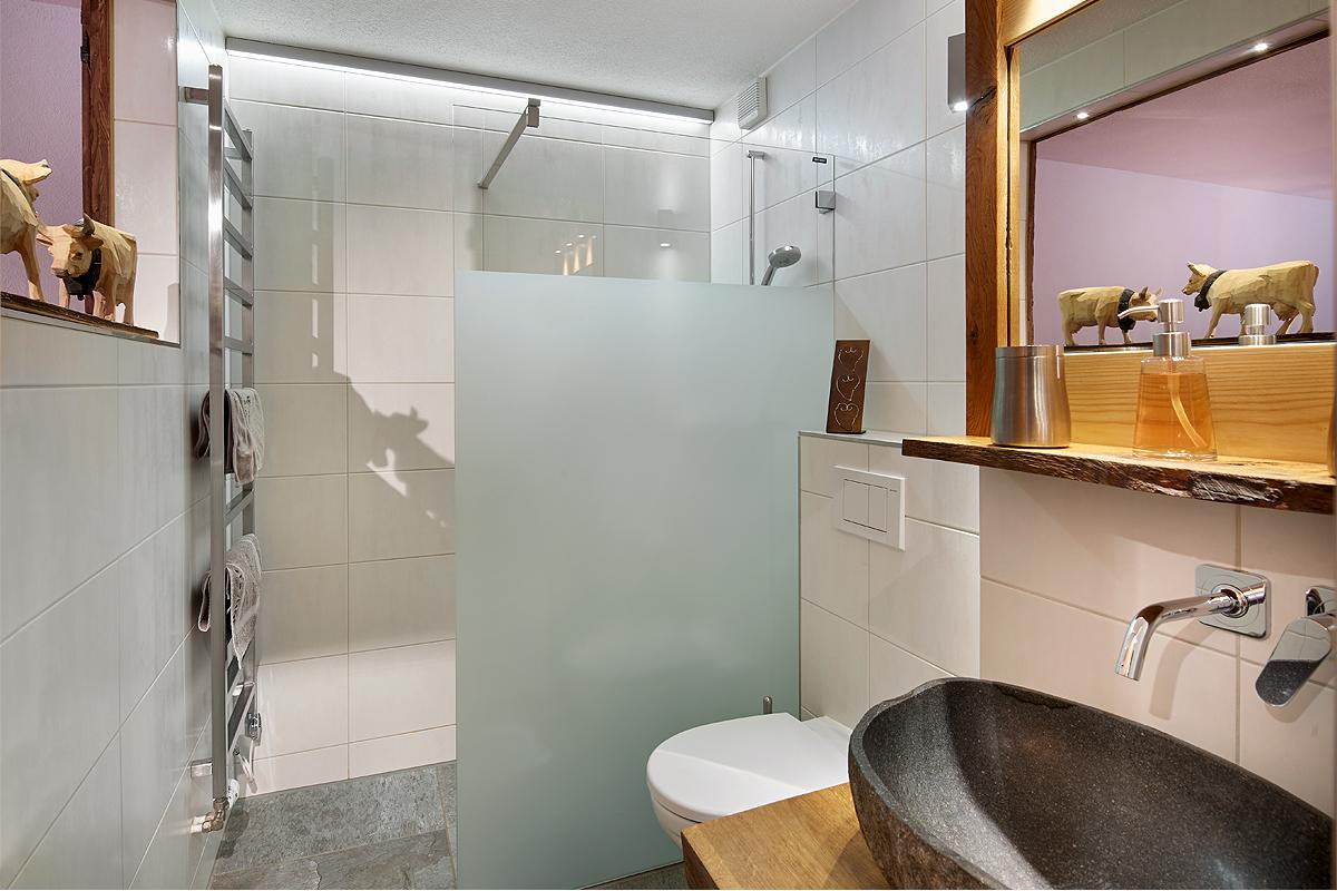 Das Leiterzimmer Bocki Verfügt über Ein Separates Helles Und Modernes  Badezimmer Mit Dusche Und WC. Das Zimmer Hat Einen Rustikalen  Eichenparkettboden, ...